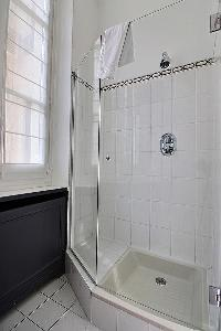 refreshing shower in Trocadero - Georges Mandel luxury apartment