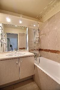 cool bathroom with tub in Ternes - Wagram luxury apartment
