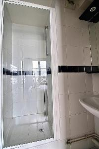 clean and fresh bathroom in Ternes - Wagram luxury apartment