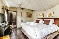 clean and fresh bedding in Louvre Palais Royal IV luxury apartment