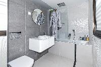 fresh bathroom with tub in Trocadero - Mandel 4 bedrooms luxury apartment