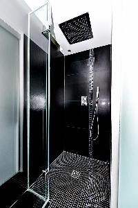refreshing rain shower in Trocadero - Mandel 4 bedrooms luxury apartment