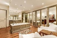fabulous bathroom with tub in Trocadero - Sheffer luxury apartment