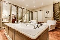fabulous bathtub in Trocadero - Sheffer luxury apartment