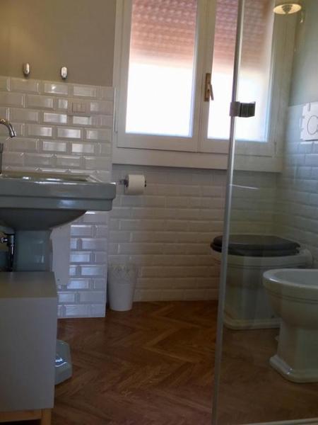 fresh and clean bathroom in Rome Vatican III luxury apartment