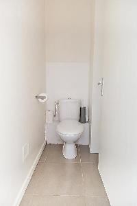 neat and trim toilet in Cannes - Barri luxury apartment