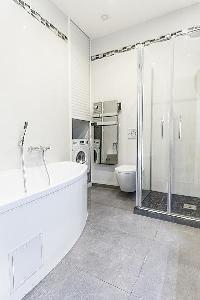 awesome bathroom with tub in Cannes - Church (Eglises) luxury apartment