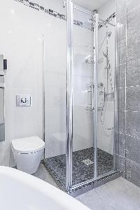 refreshing shower area in Cannes - Church (Eglises) luxury apartment