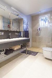 large bathroom in Cannes - Palm Eden luxury apartment