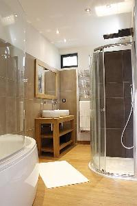 spacious bathroom with tub in Cannes - Les Moufflets luxury apartment