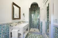 cool bathroom with rain shower in Villa Dei D'Armiento luxury apartment