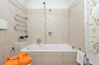 relaxing bathtub in Rome - Trevi Fo luxury apartment