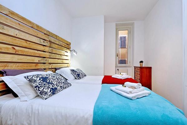fresh and clean bedroom linens in Rome - Trevi Fo luxury apartment