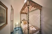 pretty canopy bed in Rome - Popolo Villa Borghese View luxury apartment