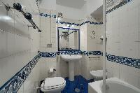 fresh and clean bathroom in Rome - Popolo Villa Borghese View luxury apartment