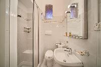 clean and fresh bathroom in Rome - Popolo Villa Borghese View luxury apartment
