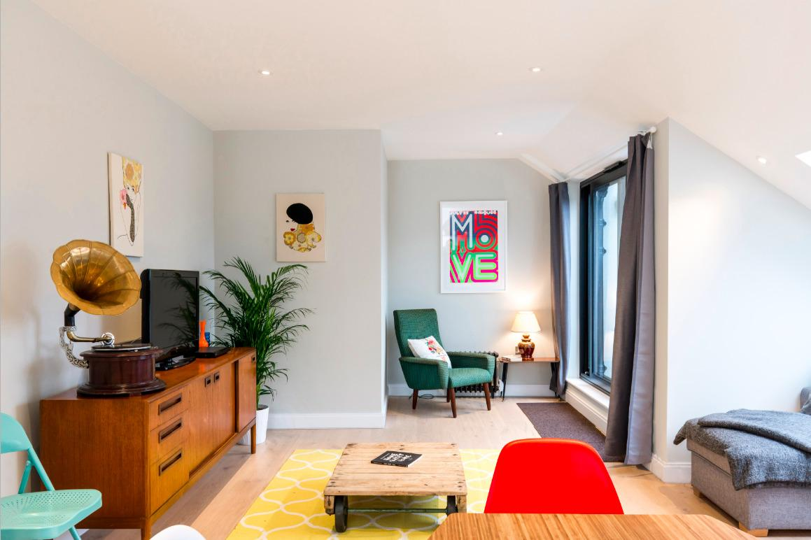 chic and cheery London Hanbury Street 2BR luxury apartment and vacation rental