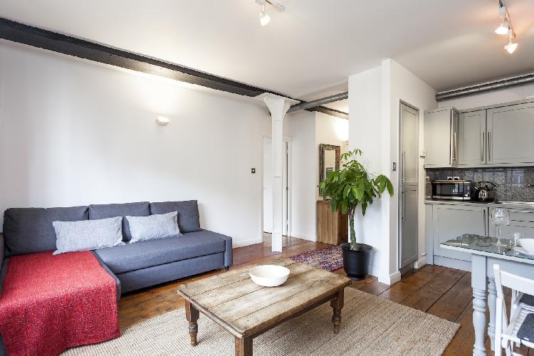 spacious sitting area in London Stylish Warehouse luxury apartment