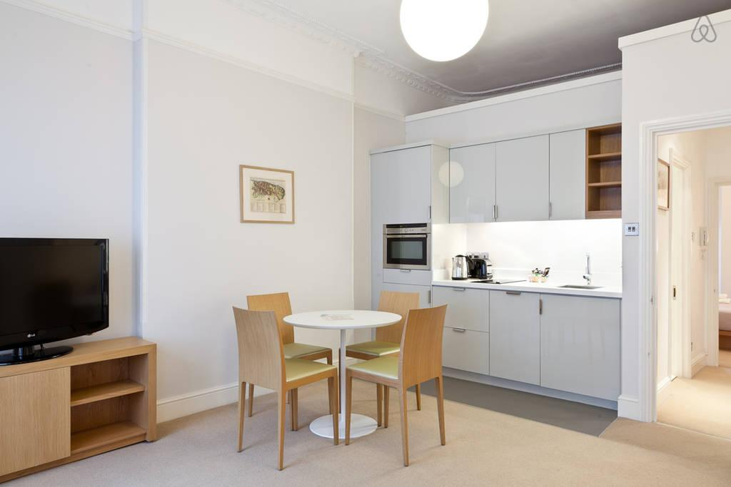 snug and serene London Doughty 1 Bedroom luxury apartment and holiday home