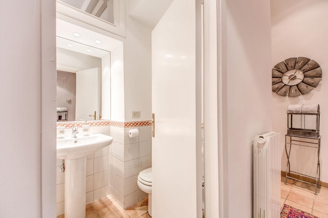 fresh and clean bathroom in Rome - Via della Croce III luxury apartment
