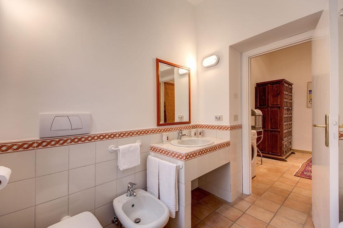 clean and fresh bathroom in Rome - Via della Croce III luxury apartment