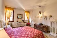 neat and nice bedding in Venice - Charming Magic Venice luxury apartment
