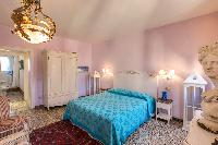fresh and clean bedroom linens in Venice - Charming Magic Venice luxury apartment