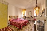 pristine bed sheets and pillows in Venice - Charming Magic Venice luxury apartment