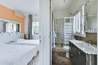 cool en-suite twin bedroom in Cannes - Palm Spring Villa luxury apartment
