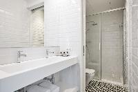 pristine bathroom in Barcelona - Deluxe Palou 4 luxury apartment