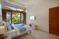 pristine pillows and bed sheets in Bali - Legian Villa Holliday luxury apartment