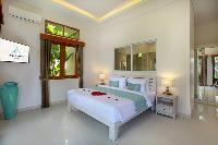 pristine bed sheets and pillows in Bali - Legian Villa Holliday luxury apartment