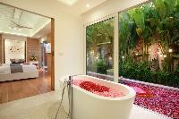 fabulous bathtub in Bali - Aleva Villa Seminyak luxury apartment