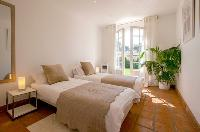 pretty twin bedroom of Cannes Villa Panoramique luxury apartment