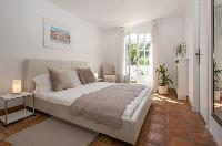 lovely king-size bed in Cannes Villa Panoramique luxury apartment